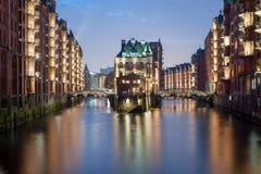 Watercastle在Speicherstadt汉堡德国在与美好的照明的晚上 库存照片