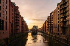 Watercastle i gammalt lagerområde i Hamburg i aftonen med isark på Elbe River fotografering för bildbyråer