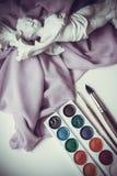 Waterciolor målarfärger på gardin med borstar Arkivfoto