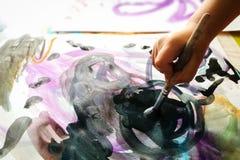 Watercolor χρωμάτων χεριών παιδιών Στοκ Φωτογραφίες