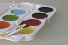 Watercolors και βούρτσες για τη ζωγραφική Στοκ Φωτογραφίες