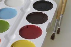 Watercolors και βούρτσες για τη ζωγραφική Στοκ εικόνα με δικαίωμα ελεύθερης χρήσης