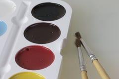 Watercolors και βούρτσες για τη ζωγραφική Στοκ φωτογραφία με δικαίωμα ελεύθερης χρήσης