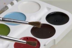 Watercolors και βούρτσες για τη ζωγραφική Στοκ Εικόνες