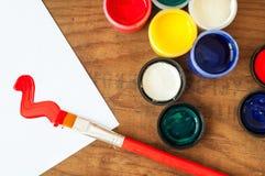 Watercolors και βούρτσες στο ξύλινο υπόβαθρο Στοκ Εικόνες