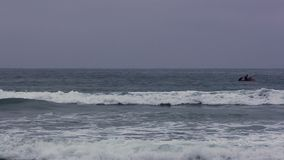 Watercraft met Twee Mensen op Oceaangolven stock video