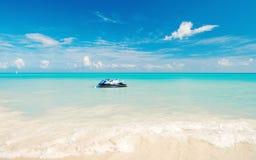 Watercraft na jasnej wodzie morskiej w st Johns, Antigua obraz stock