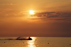 watercrafting在特罗佩亚卡拉布里亚意大利海岸的日落期间的人们  库存图片