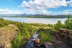 Watercursus die neer aan Lagarfljot-meer in Oostelijk IJsland vallen royalty-vrije stock afbeelding