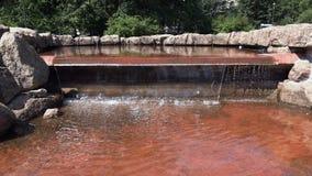 Waterdaling in een cirkelsteengebouw stock videobeelden