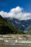 Waterdaling met bergachtergrond Stock Fotografie
