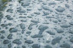 Waterdaling na regen op geglanste zwarte marmeren textuur stock afbeeldingen