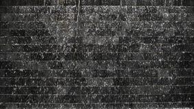 Waterdaling op de donkere textuur van de steentegel Royalty-vrije Stock Afbeeldingen