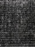 Waterdaling op de donkere textuur van de steentegel Stock Foto