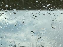 Waterdaling op glas in regenende dag stock afbeeldingen