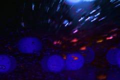 Waterdaling op verduisterde blauwe cyaan van de glas abstracte kleur stock foto