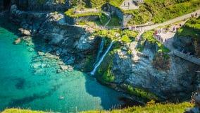 Waterdaling van Tintagel-Baai in Cornwall, het UK stock afbeeldingen