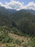 Waterdaling vanaf de bovenkant van berg stock foto's