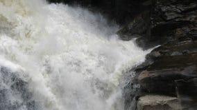 Waterdalingen die tegen rots raken stock video