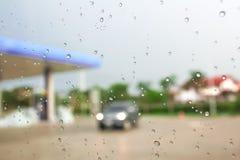 Waterdalingen in het venster van de auto stock foto's