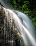 Waterdalingen hevig over rotsen royalty-vrije stock foto