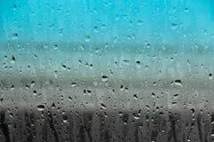 Waterdalingen op de abstracte achtergrond van de glastextuur Stock Foto's