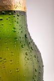 Waterdalingen op een bierfles stock foto