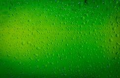 Waterdalingen op een fles van het bierglas royalty-vrije stock fotografie