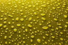 Waterdalingen op geel Stock Foto's