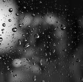 Waterdalingen op glas Stock Foto