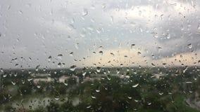 Waterdalingen op glas na regen stock footage