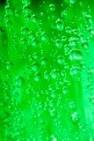 Waterdalingen op groene dichte omhooggaand Stock Afbeelding