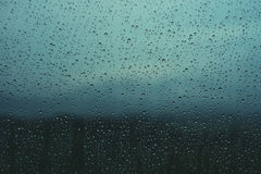 Waterdalingen op venster Stock Foto