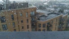 Waterdalingen op venster stock video