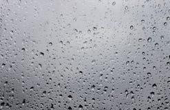 Waterdalingen op vensterglas na regen Stock Afbeelding
