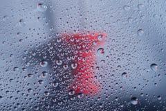 Waterdalingen, regendalingen of druppeltjes op glas met duwspelden op de achtergrond royalty-vrije stock afbeelding
