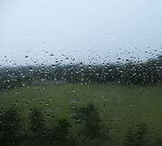 Waterdalingen van regen op een vensterglas Royalty-vrije Stock Foto's