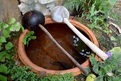 2 waterdipper op mondpot die wordt geplaatst Stock Foto