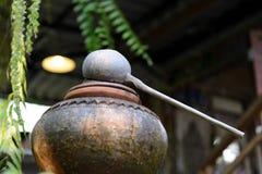 Waterdipper van kokosnotenshell wordt gemaakt op de potten die van de Waterklei Stock Afbeeldingen