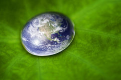 行星地球waterdrop 免版税库存照片