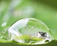 Waterdropbezinning over groen blad stock afbeelding
