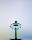 Waterdrops kolliderar sig, som en pärla. Arkivfoton