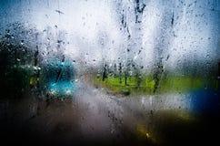 Waterdrops na szklani nawierzchniowi okno z zbliżenie pejzażu miejskiego tłem Zdjęcie Stock