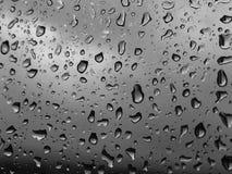 Waterdrops su una finestra immagini stock libere da diritti