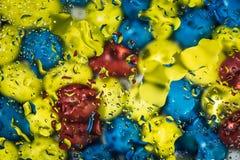 Waterdrops su vetro, colori ad alto contrasto Immagine Stock Libera da Diritti