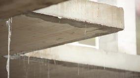 Waterdruppels op een concreet gebouw in een vulklei stock video
