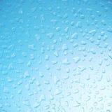 Waterdruppeltjes op glas, hemelachtergrond, close-upmening, het 3d teruggeven Stock Foto's
