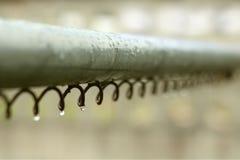 Waterdruppeltjes op staalrol, selectieve nadruk Stock Afbeelding