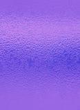 Waterdruppeltjes op Trillende Purpere Gekleurde Fles, voor Abstracte Achtergrond met Selectieve Nadruk royalty-vrije stock afbeeldingen
