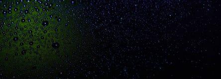 Waterdruppeltjes op zwarte backgrounddrops op zwarte achtergrond, regen, water, bezinning, behang stock foto